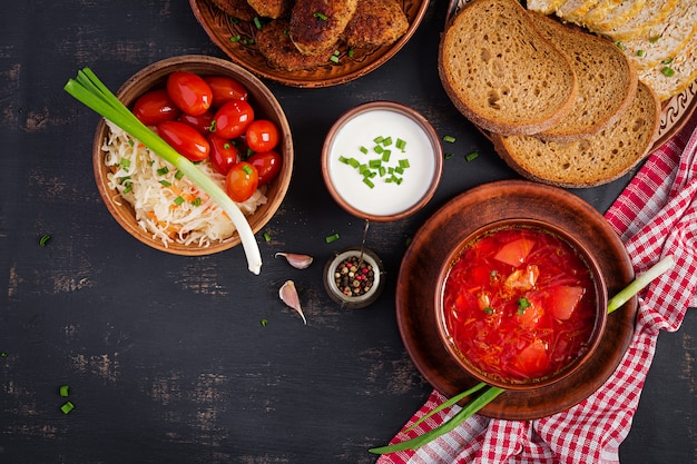 Borscht russo ucraino tradizionale o minestra rossa sulla ciotola.