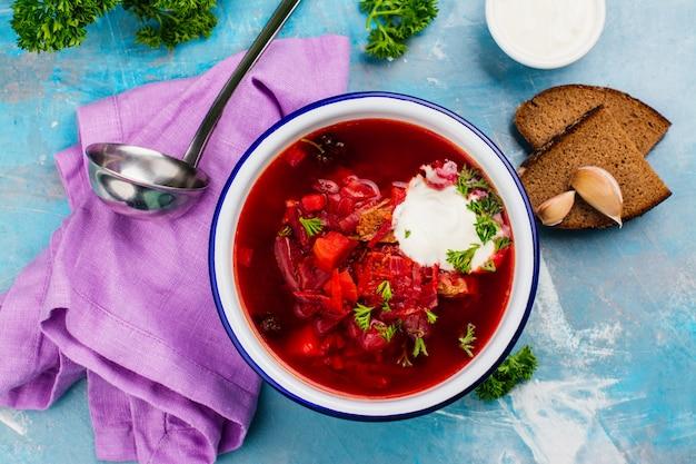 Borscht ucraino tradizionale della zuppa di barbabietola