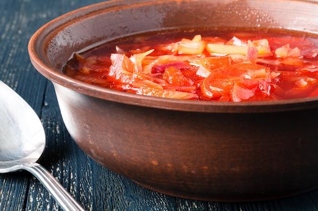 Borscht, zuppa di barbabietola vegetariana ed ingredienti su superficie scura, vista alta vicina