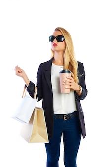 Borse e smartphone della donna shopaholic biondi