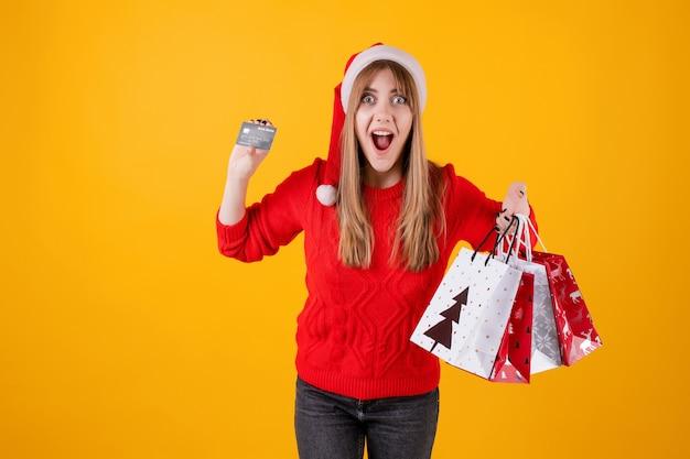 Borse emozionanti della carta di credito del modello della tenuta della ragazza e del regalo di acquisto di festa che portano il cappello di santa