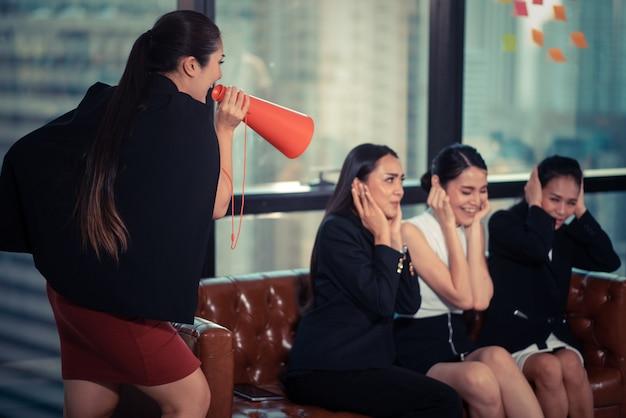 Boss urla attraverso il megafono in ufficio