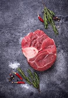 Bosso buco di carne cruda con spezie