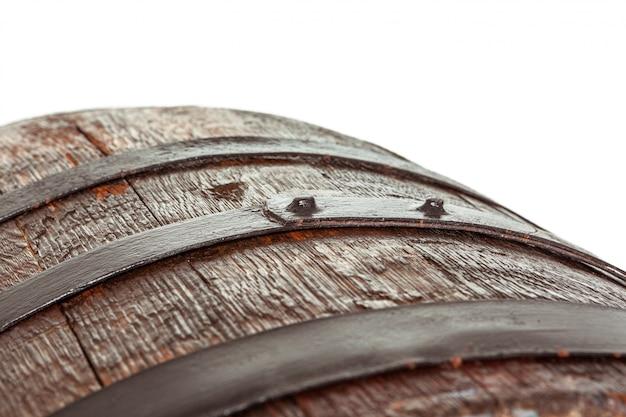 Botte di legno con anelli di ferro.