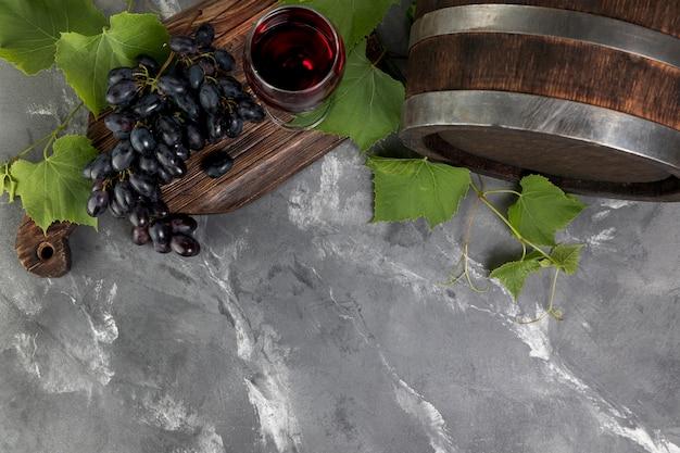 Botte di vino di vista superiore su fondo di marmo