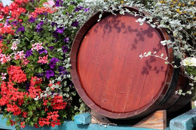 Botte di vino in legno della francia con esposizione di fiori al momento della vendemmia.