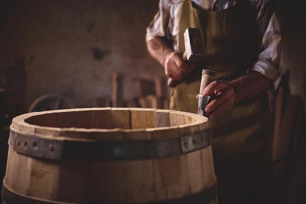 Botti di legno in una cooperage, bottega di botte