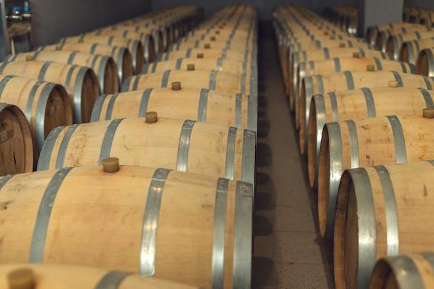 Botti di rovere di vino in cui il vino rosso è invecchiato nella cantina della cantina.