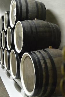 Botti di rovere si trovano in file nella cantina, conservazione e invecchiamento del vino