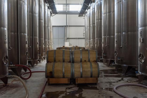 Botti di vino accatastate nella vecchia cantina della cantina