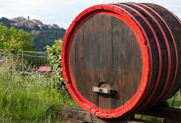 Botti di vino e la città collinare di montepulciano