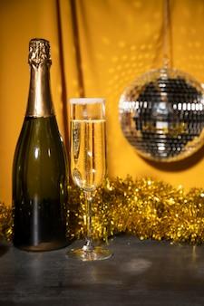 Bottiglia a basso angolo con champagne sul tavolo
