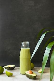 Bottiglia ad alto angolo con frullato di avocado