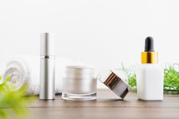 Bottiglia bianca di siero e barattolo di crema, modello del marchio di prodotti di bellezza.