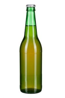Bottiglia con birra su bianco