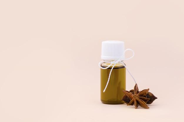 Bottiglia con olio essenziale di anice e stella di anice