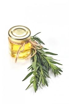 Bottiglia con olio essenziale e rosmarino isolati su bianco