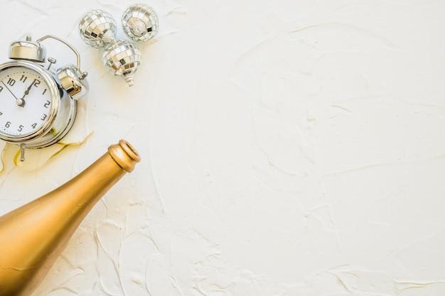 Bottiglia con orologio sul tavolo bianco