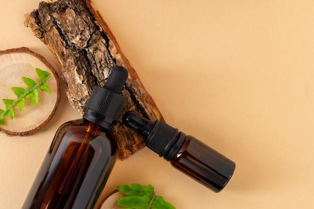 Bottiglia cosmetica in vetro marrone. concetto di cosmetici biologici
