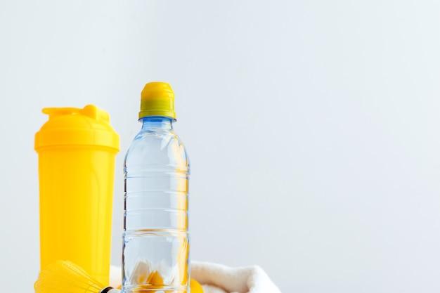 Bottiglia d'acqua e bottiglia shaker con proteine. bevande sportive