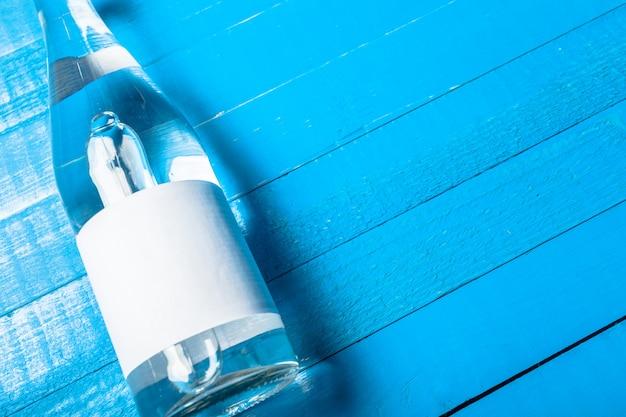Bottiglia d'acqua sul tavolo di legno