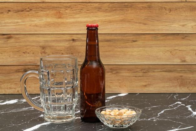 Bottiglia da birra con bicchiere per birra
