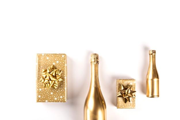 Bottiglia decorata di champagne dorato. simbolo di natale.