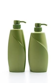 Bottiglia del condizionatore di capelli o dello sciampo su fondo bianco