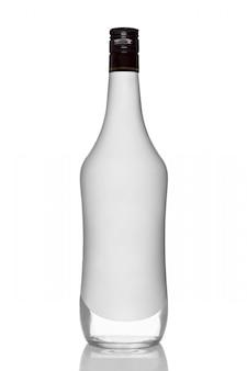 Bottiglia della bevanda dell'alcool con sapore della noce di cocco con la riflessione su bianco
