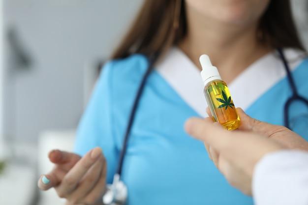 Bottiglia della holding del medico con la cbd