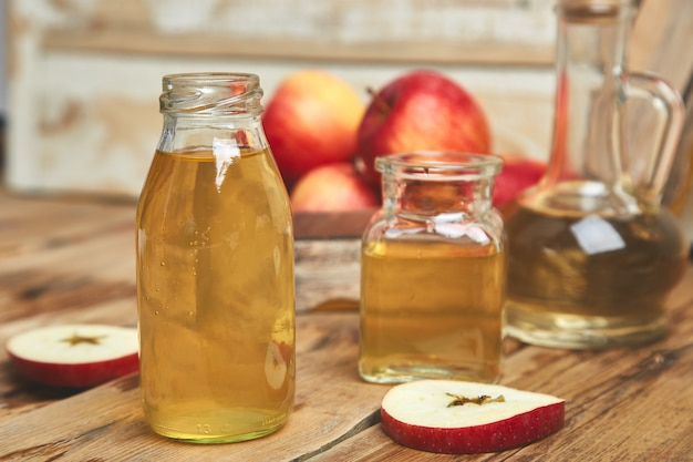 Bottiglia di aceto di mele biologico