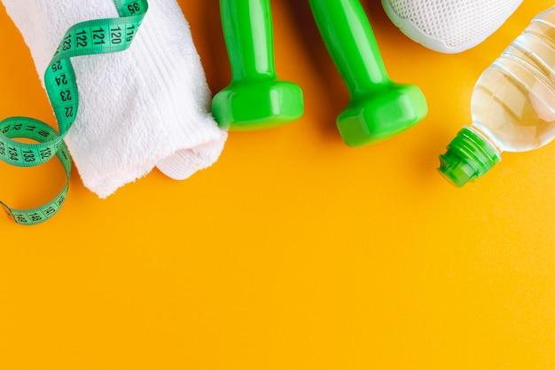 Bottiglia di asciugamano e pesi con copia spazio
