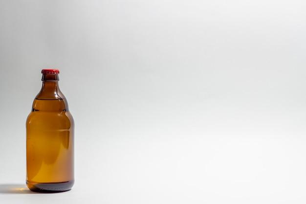 Bottiglia di birra su grigio
