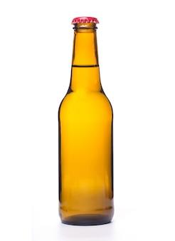 Bottiglia di birra su sfondo bianco