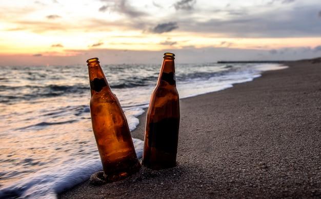 Bottiglia di birra sulla spiaggia