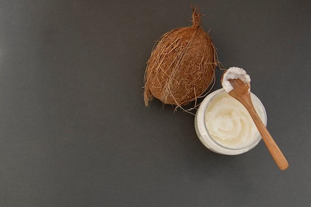 Bottiglia di burro di cocco fresco, per la cura della bellezza o cibo sano vegano. copia spazio