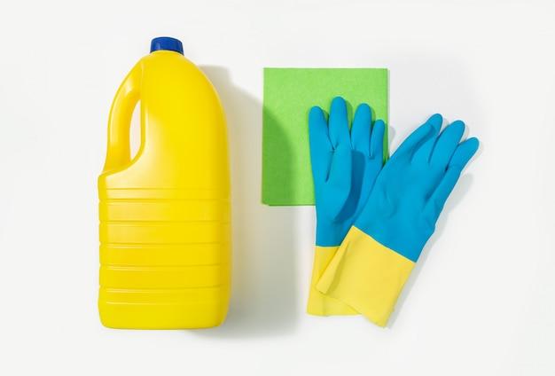 Bottiglia di candeggina, guanti protettivi e straccio. concetto di pulizia. vista dall'alto