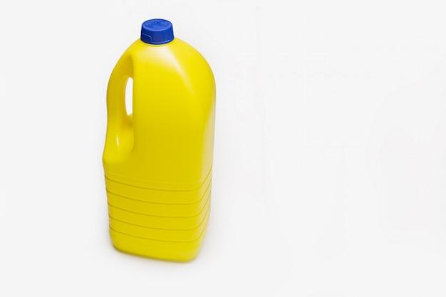 Bottiglia di candeggina isolata. contenitore di plastica giallo. copia spazio