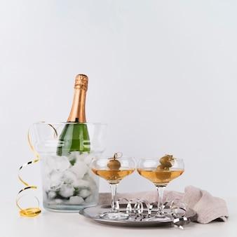 Bottiglia di champagne con bicchieri su un vassoio