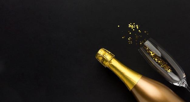 Bottiglia di champagne con copia-spazio