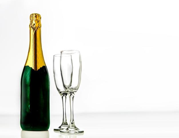 Bottiglia di champagne con due bicchieri
