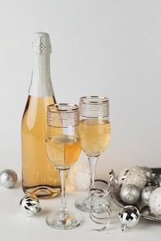 Bottiglia di champagne con gli occhiali sul tavolo