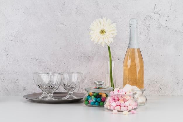Bottiglia di champagne con marshmallow