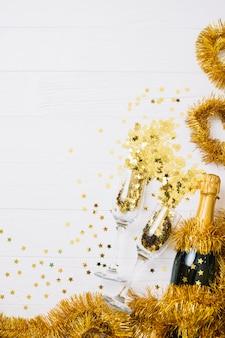Bottiglia di champagne con orpelli sul tavolo