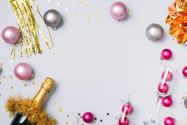 Bottiglia di champagne con palline sul tavolo