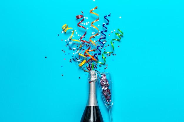 Bottiglia di champagne con stelle filanti colorate