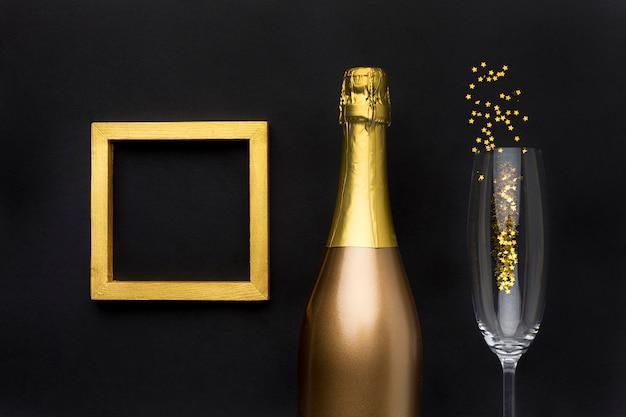 Bottiglia di champagne con vetro e cornice