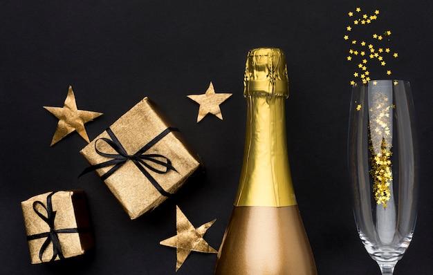 Bottiglia di champagne con vetro e regali