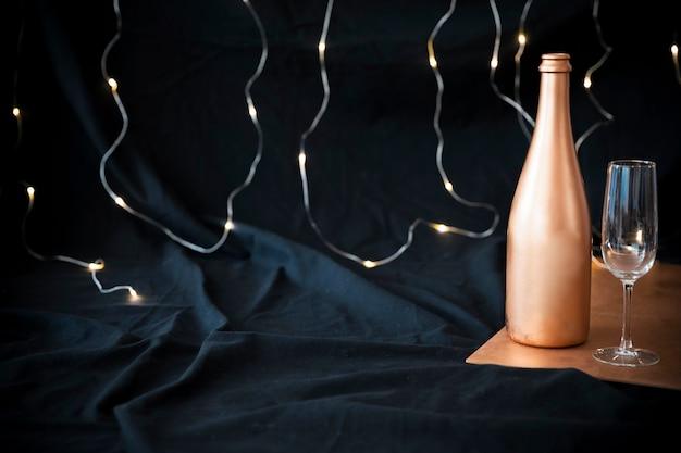 Bottiglia di champagne con vetro sul tavolo