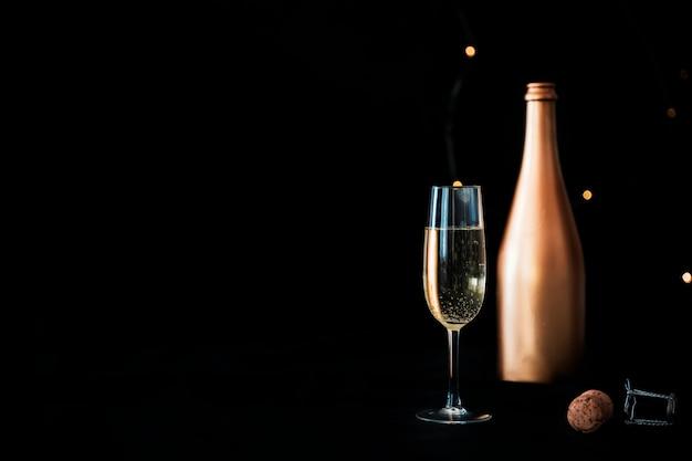 Bottiglia di champagne con vetro